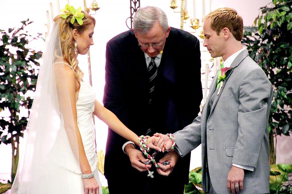 新郎新婦の手をリボンで結ぶ♪ハンドファスティングセレモニー