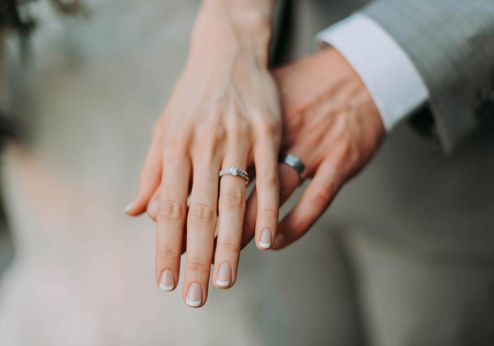 結婚指輪はどうして左手の薬指に付けるのかご存知ですか?